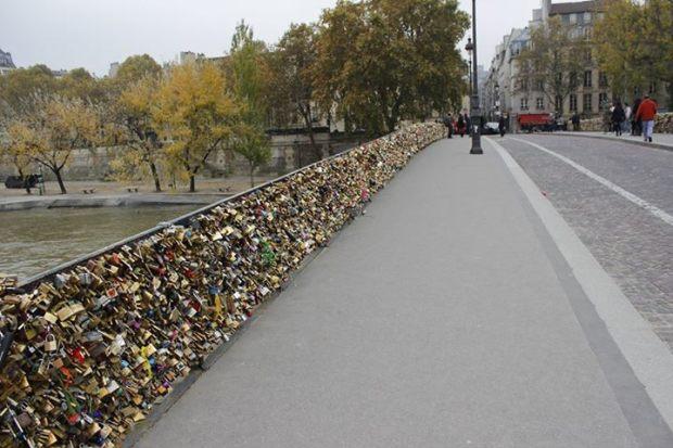 Pont des Arts, onde os casais selam o amor