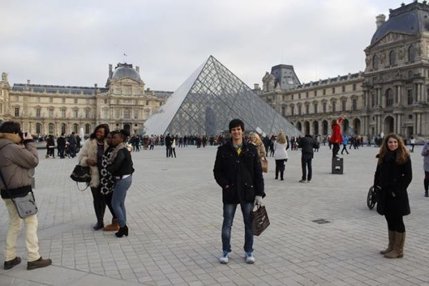 No fundo o famoso Museu do Louvre