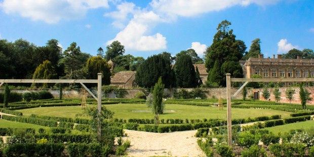 Jardim localizado ao lado da casa principal