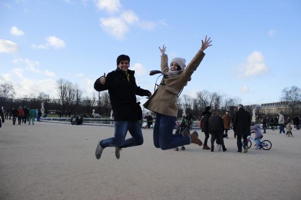 Na frente Museu do Louvre
